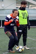 「今からでもうまくなれるという感覚を大切にして」と指導した金田さん(左)=諫早市、マツバラスポーツ・Qスタジアム屋上フットサル場