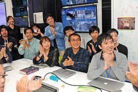 「LIGO」チームのノーベル賞受賞を伝えるライブ映像を見て、拍手で祝福する「かぐら」の研究者ら=3日午後6時53分、飛騨市神岡町茂住、東大宇宙線研究所重力波観測研究施設
