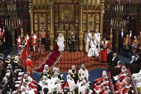 エリザベス女王(中央左)が列席し、始まった英議会の新会期=14日、ロンドン(AP=共同)