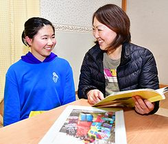アルバムをめくって娘の成長を振り返りながら、岩渕麗楽選手の活躍を祈る母恵里香さん(右)と妹璃音さん=一関市東山町