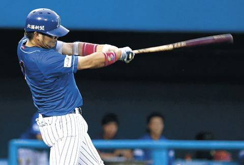 一回裏、石川無死満塁。桒原が先制の2点二塁打を放つ=金沢市民野球場