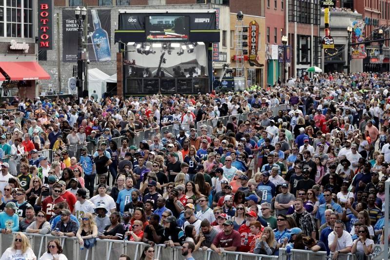 テネシー州ナッシュビルで開催された昨年のNFLドラフトは、大勢のファンが会場に詰めかけた(AP=共同)