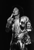 日本武道館のステージで歌う西城秀樹さん=1979年11月