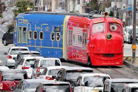 岡山市街地を走る路面電車「おかでんチャギントン」=16日午前11時25分