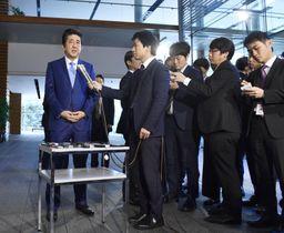 在職日数が憲政史上歴代1位となり、記者の質問に答える安倍首相(左端)=20日午前、首相官邸