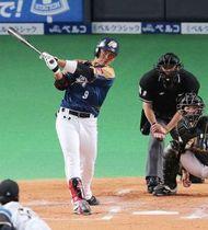 日本ハムとの国際交流試合で安打を放つ王柏融=2月、札幌ドーム(小川正成撮影)