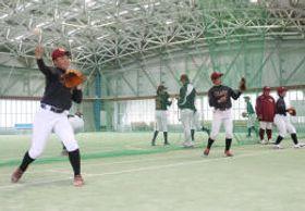練習でキャッチボールする選手=4月30日、七ケ浜町屋内運動場
