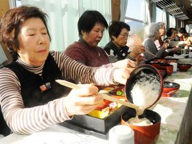 ジネンジョご飯を楽しむ乗客たち=3日午後0時34分、恵那市内