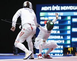 男子エペ個人決勝トーナメント3回戦 デンマーク選手(左)を破り、8強入りした加納虹輝=ブダペスト(共同)
