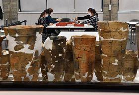 土器の復元など一連の作業がガラス越しに見学できる整理作業室