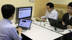 NPO法人「ファクトチェック・イニシアティブ」で作業するスタッフ=16日、東京都千代田区
