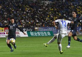 前半37分、清武が先制点を決める=福岡市のレベルファイブスタジアム