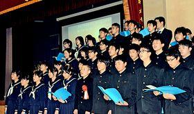 閉校記念式典で、思い出を胸に合唱する生徒たち