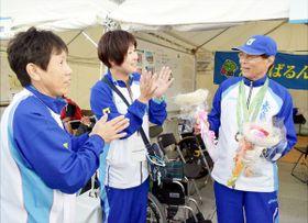 金メダル獲得を祝福される伊藤さん(右)=福井市の福井運動公園補助競技場