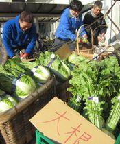 200円コーナーにダイコンやハクサイを並べる農家(京都府向日市役所)