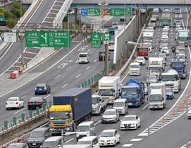多くの車が行き交う首都高速湾岸線=東京都品川区