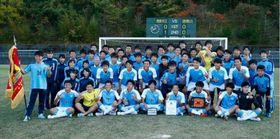 サッカー高校選手権徳島大会で優勝し全国大会に挑む徳島市立高校の選手たち=11月10日、徳島市球技場
