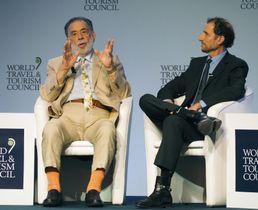 WTTC年次総会で話す映画監督のフランシス・コッポラさん(左)=19日、ブエノスアイレス(共同)