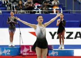 全日本フィギュアの女子フリーを終え、観客の声援に応え表彰台に向かう初優勝の坂本花織(手前)=東和薬品ラクタブドーム
