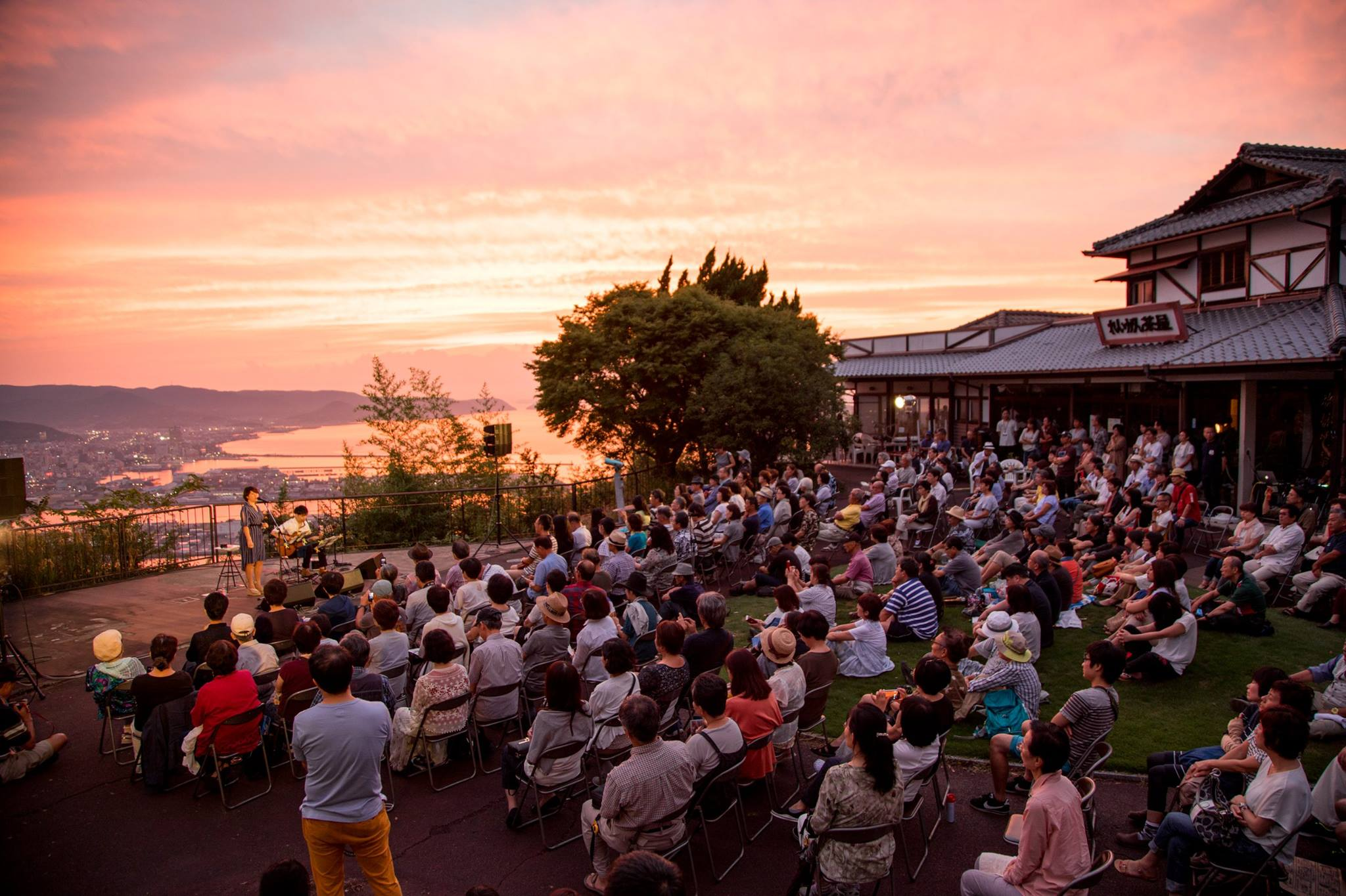 源平の古戦場として知られる高松市の屋島で開かれたライブ=2017年8月