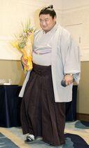 引退の記者会見を終え、引き揚げる元関脇嘉風の中村親方=16日、東京都内のホテル