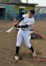 主砲として打線を引っ張る富士大の吉田開=花巻市・富士大