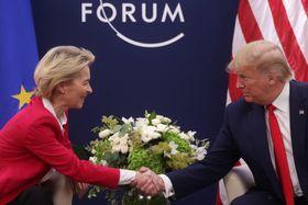 スイス・ダボスで会談するEUのフォンデアライエン欧州委員長(左)とトランプ米大統領=21日(ロイター=共同)