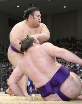 栃ノ心を押し倒しで破り、勝ち越しを決めた貴景勝=福岡国際センター