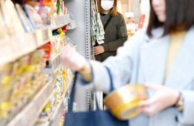 商品棚の陰に潜み、怪しい客の様子をうかがう万引Gメン。並々ならぬ集中力で目を光らせる(写真はイメージ)