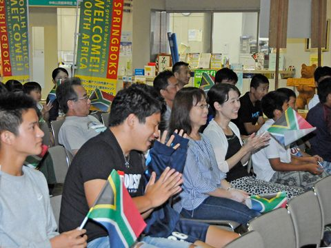 南アフリカ代表に声援を送る市民ら=21日午後7時20分、関市若草通、市学習情報館エントランスホール