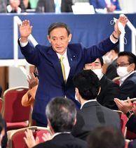自民党新総裁に選出され、両手を挙げて拍手に応える菅義偉官房長官=14日午後(撮影・中村太一)