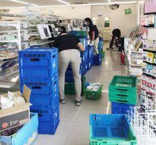 岡山県内で被災したコンビニの店内を整理する社員ら=10日(ファミリーマート提供)
