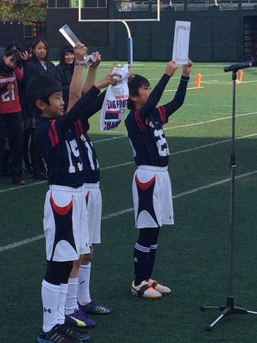 小学生低学年の部で優勝した慶応義塾幼稚舎=12月21日、川崎富士見球技場