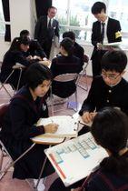 予算について話し合う生徒たち=長崎市、長崎大付属中