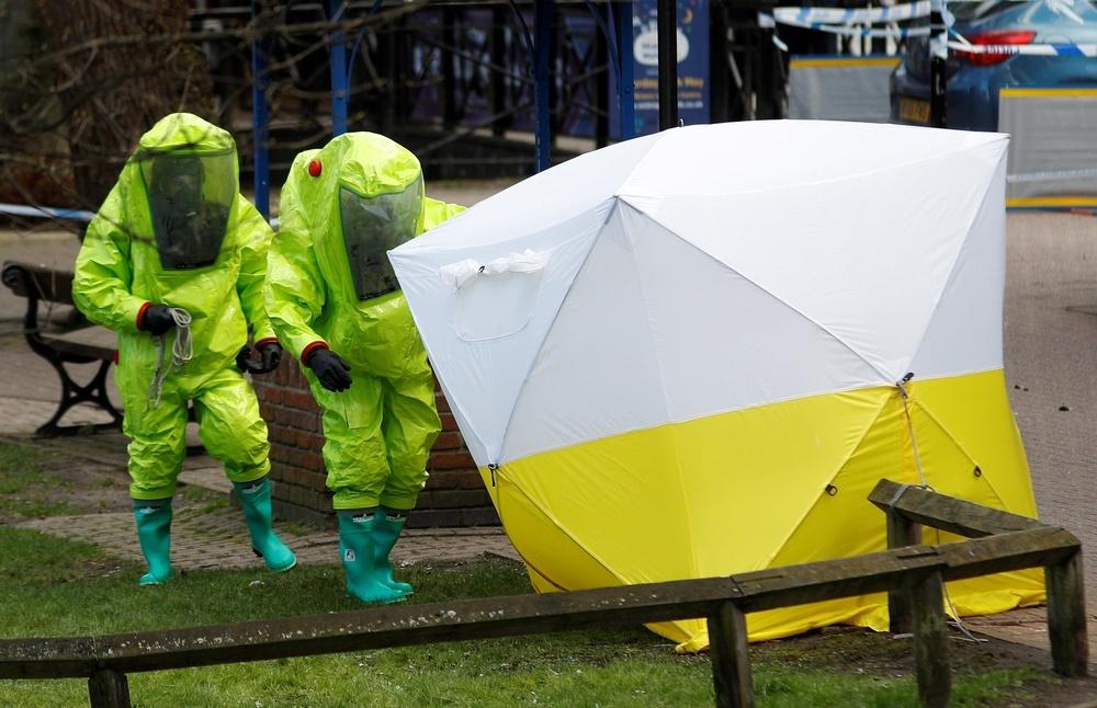 ロシア元情報機関員らが意識不明の状態で見つかった現場で捜査する英国当局者ら=8日、英南部ソールズベリー(ロイター=共同)