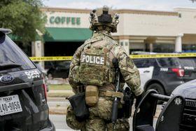 テキサス州の銃撃事件現場近くで待機する警察の特別機動隊(SWAT)=18日、オースティン(オースティン・アメリカン・ステーツマン提供・AP=共同)