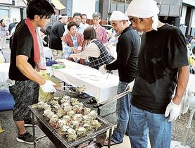 サザエのつぼ焼きなどが人気を集めた「伊豆山温泉さざえ祭り&花火大会」=熱海市の伊豆山海岸特設会場