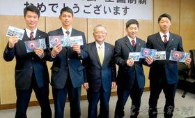大橋良一市長(中央)を表敬訪問した(左から)清水達也投手、西川愛也外野手、太刀岡蓮外野手、須永光捕手=加須市役所
