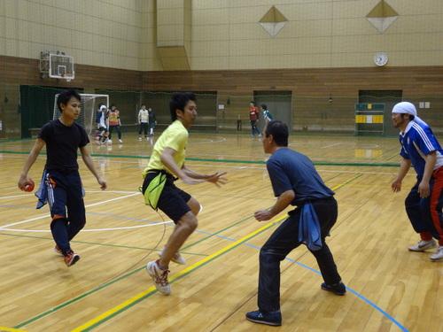 対戦形式の練習に取り組む「フラッグフットタイム」の参加者たち=写真提供:金沢SC