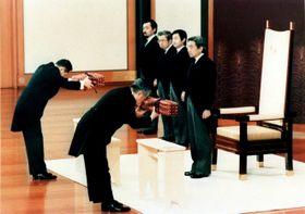 1989年1月7日、宮殿・松の間で行われた「剣璽等承継の儀」