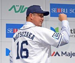 背番号16のユニホーム姿でポーズをとる松坂大輔