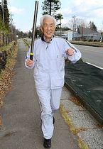 聖火リレーのコースを走る村岡清一さん=2日午後1時21分、軽井沢町長倉