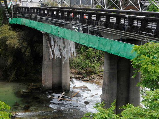 足場崩れ3人重軽傷 恵那市の橋工事中、川へ15メートル転落