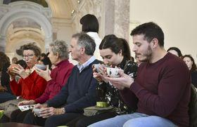 24日、パリのプティパレ美術館で開かれた茶会で抹茶を楽しむ市民ら(共同)