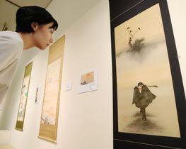 琳派の絵師鈴木其一の「富士烏図」と「ブラック・ジャック」の主人公を組み合わせた掛け軸=13日午前、京都市下京区