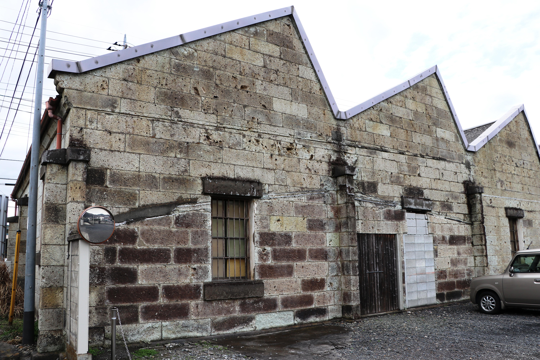 三角形の屋根が工場のシンボル。ワイン倉庫に再生、活用されている=群馬県桐生市