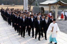必勝祈願で広島護国神社に参拝する広島の首脳陣やスタッフ