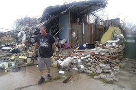 米フロリダ州で、大型ハリケーン「マイケル」の被害を確認する男性=10日(Pedro Portal/Miami Herald、AP=共同)