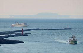 日本海の沖合で見られた蜃気楼とみられる現象=22日午後6時ごろ、新潟市中央区の新潟日報メディアシップから撮影