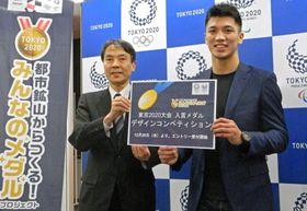 東京五輪・パラリンピックのメダルデザイン募集受け付けの日程を発表し、ポーズをとるボクシングの村田諒太選手(右)ら=18日、東京都港区